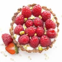 Tarte granola aux framboises et aux pistaches (VEGAN)